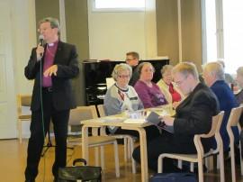 Piispa Kaarlo Kalliala viihtyi eläkeläisten Torstaipysäkillä.