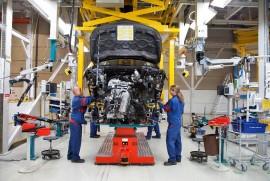 Autotehtaalle haetaan lisää autonrakentajia.