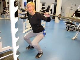 Liikunnanohjaaja ja personal traineriksi opiskeleva Marja Kangas on kuin kotonaan kuntosalilla.