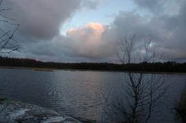 Talviaamu sarastaa Hiunjärvellä.
