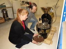 Tanja Anttila ja Tuomas Sandroos valmistavat Kustavissa kahvia.