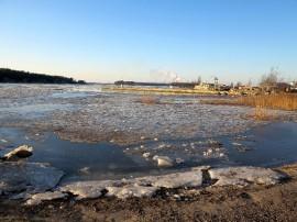 Jonkinlainen jääpeite ulottuu Purjehdusseuran Paviljongille asti.