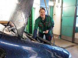 Noora Koskinen katsasti autoja tiistaina Uudessakaupungissa.