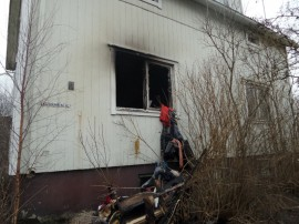 Kuunarintiellä omakotitalon palo syttyi yhdestä alakerran huoneesta, joka tuhoutui täysin.
