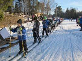 Koululaisten hiihtokisat voitiin järjestää luonnonlumella Kalannin urheilukentän ympäristössä.