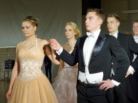 Ennen ensimmäisiä tanssisäveliä ilmeet olivat vakavat ja keskittyneet.