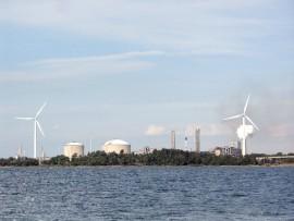 Propel Voiman tuulivoimalat sijaitsevan Yaran teollisuusalueen kupeessa.