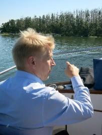 Ministeri Tiilikainen kävi Uudenkaupungin edustan saaristossa tutustumassa merimetsojen aiheuttamiin tuhoihin.