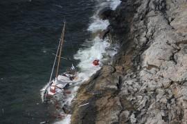 Purjevene tuhoutui vasten kalliorantaa. Kuva: Rajavartiolaitos