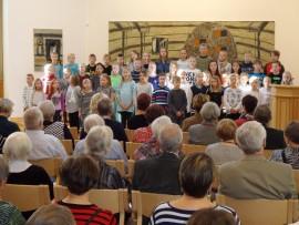 Musiikkiluokkien oppilaat esiintyivät täydelle seurakuntakeskuksen salille.