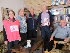 Lounais-Suomen syöpäyhdistyksen Uudenkaupungin paikallisosaston aktiivit Annikki Torppa, Tarja-Liisa Kukkonen, Heimo Peltonen, Esko Tähtinen ja Heimo Hakala kannustavat kaikkia osallistumaan Roosa nauha -kampanjaan.