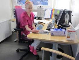 Sairaanhoitaja Paula Helminen työskentelee inr-poliklinikalla.