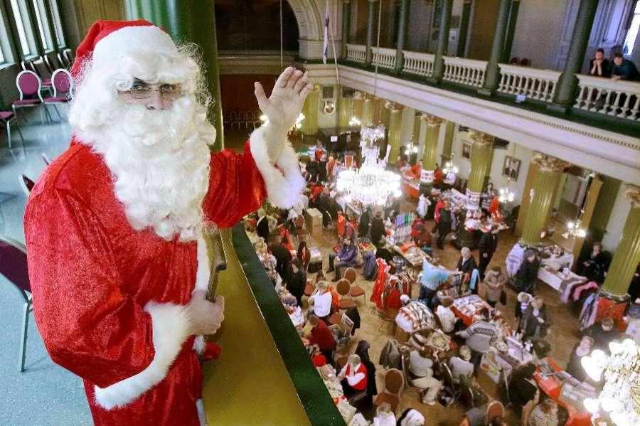 Joulupukki jakoi lapsille karkkia VPK:n myyjäisissä. Arkistokuva: TS/Ari-Matti Ruuska