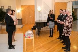 Vehmaan tuottajat veivät perinteiseen tapaan presidenttiparille joulukinkun. Kuva: Tasavallan Presidentin kanslia