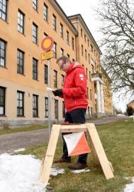 Kisojen ratamestari Kari Jalava hakemassa rastipaikkaa kaupungintalon kulmalta.