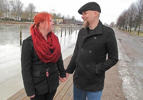 Uudessakaupungissa asuvat Elisa ja Arttu Esko sanovat, että heidän osaltaan tositelevision tekeminen sai jäädä kokkiohjelmaan. – Häitä ei nähty Satuhäät-ohjelmassa, pari naurahtaa. Kuva: Johanna Käkönen