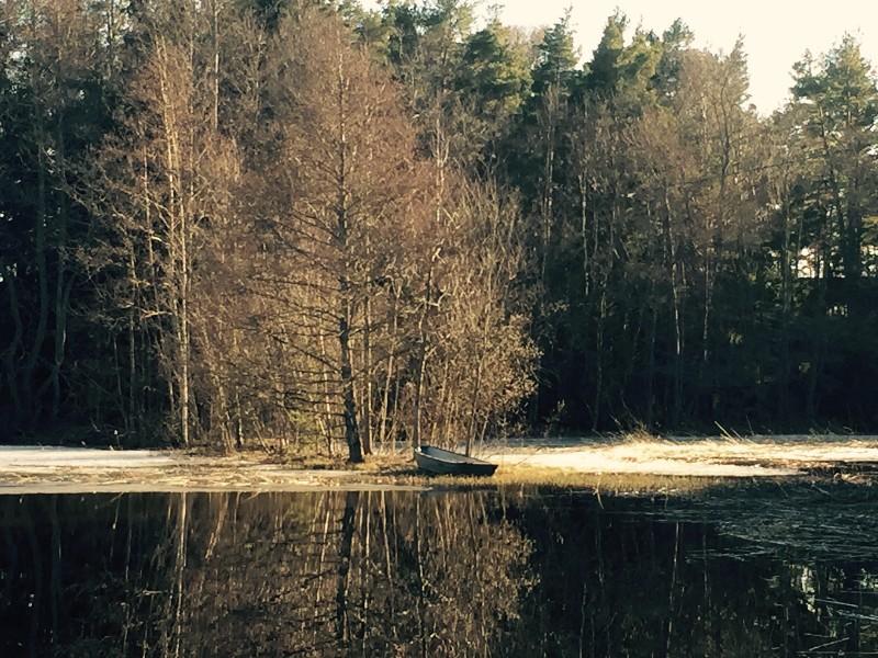 Charlotte Lehtonen kuvasi yksinäisen soutuveneen Haukharjassa 10.4.2016.