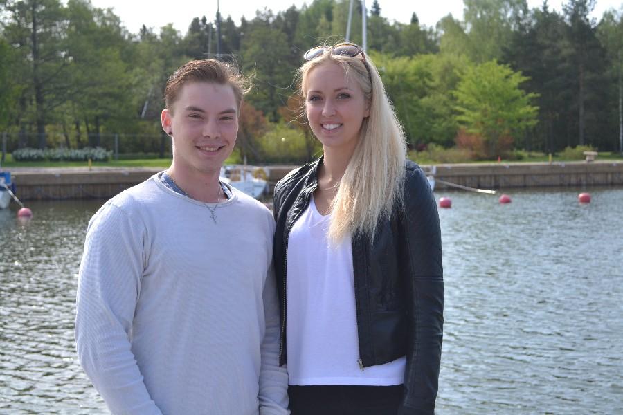 Juulia Rannus ja Iiro Kivistö hymyilivät helpottuneina ylioppilaskirjoitusten tulosten saavuttua.