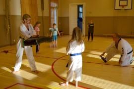 Taekwondossa harjoiteltiin lajin peruspotkuja unelmien liikuntapäivänä.