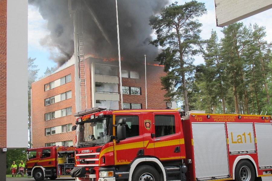 Kerrostalon katto oli kauttaaltaan tulessa. Kuva: Merja Halinen
