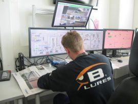 Soijajalostamon valvomossa monta silmäpari seuraa tarkasti prosessien toimintaa kellon ympäri.