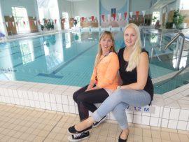 Uimaopettaja Johanna Laimaa ja liikuntapalveluista vastaava Heidi Vuori toivottavat kaikki uinnin ystävät jälleen tervetulleiksi uimahalliin.