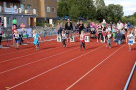 5-vuotiaiden poikien 40 metrin juoksu on käynnistynyt. Radalla 1 juossut Mixu Chryssanthou voitti ajalla 8,5. Muut juoksijat ovat Artturi Hyvönen, Niclas Elo, Casper Grönholm, Anton Luomala ja Väinö Pesonen.