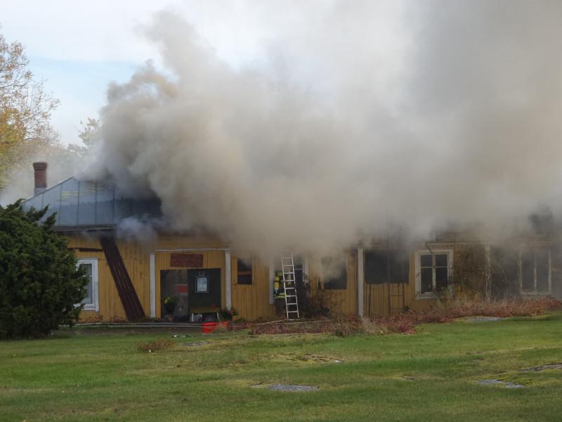 Puutalo paloi Myllymäen reunalla lokakuussa. Kuva: Eija Isotalo.