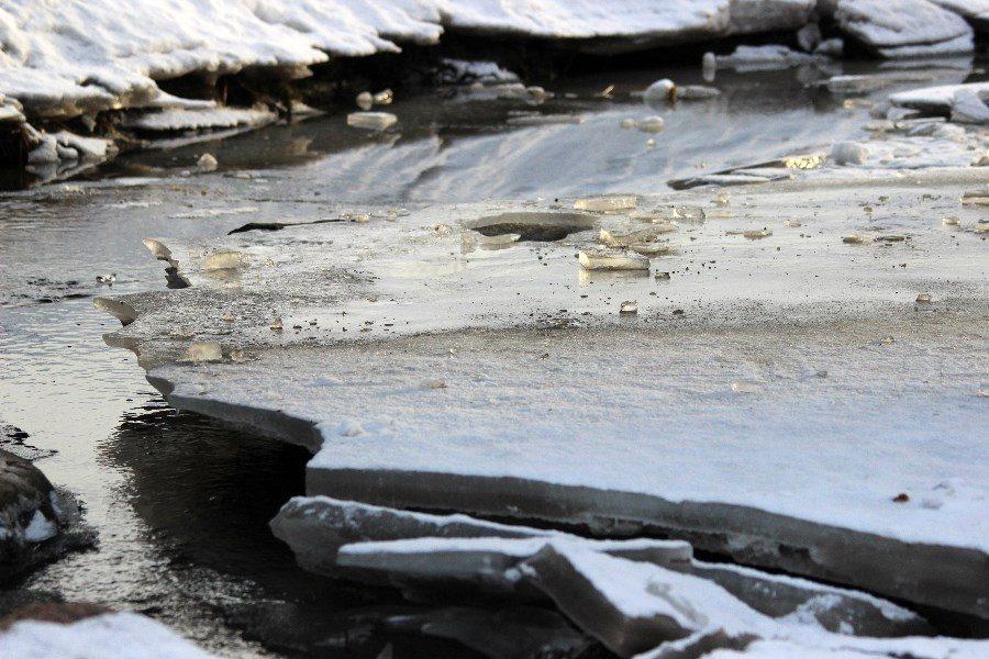Syytä siihen, miksi jää on niin liukasta ei vielä tarkkaan tunneta.