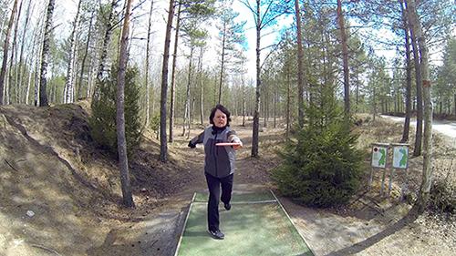 Frisbeegolfin rystyheitto lähtee asennosta, jossa selkä on heittosuuntaan päin. Heiton viimeinen vaihe on tiukka riuhtaisu, kuin ruohonleikkuria käynnistäisi, kuvailee Anne Virmajoki.