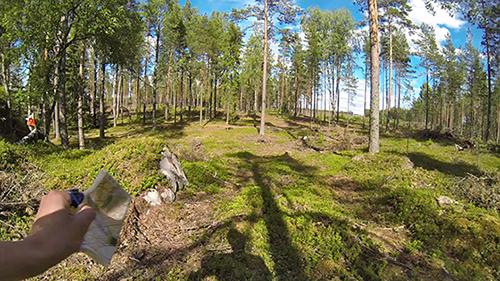 Tältä näyttää metsä suunnistajan silmin. Kameraa kantaa Osmo Hongisto Loimaan Jankosta.
