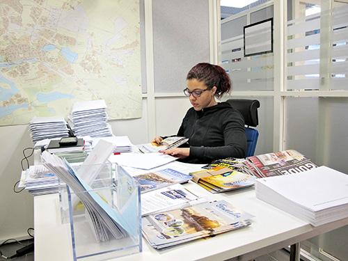 Uudenkaupungin yhteispalvelupiste Passarin työharjoittelija Karina Marte Cuevas postittamassa infopaketteja uusille uusikaupunkilaisille. Tämä on yksi kaupungissa pitkään käytössä ollut tapa toivottaa uudet asukkaat tervetulleiksi.