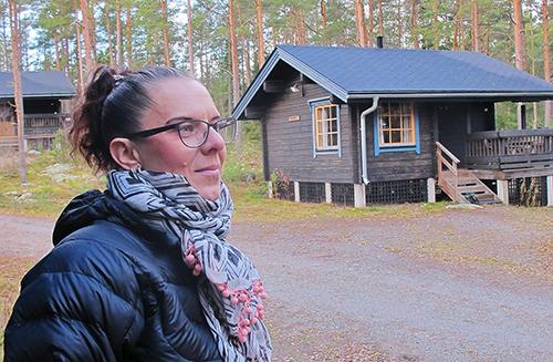 Uusi yrittäjä Miia Koskiranta on iloinen, kun mökkeihin on saatu majoittujia. Ihalassa on yhteensä 12 mökkiä ja mjoitustilaa löytyy myös kahden isomman rakennuksen huoneista. Kuva: Merja Halinen