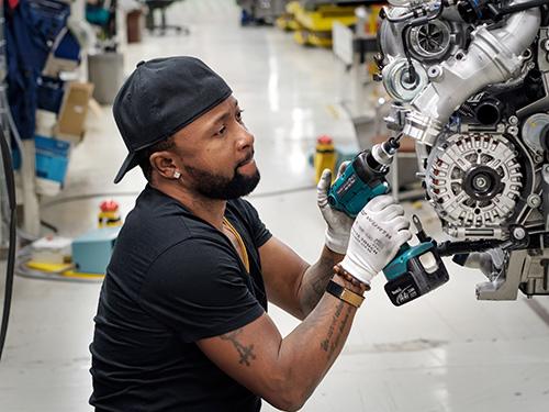 Angel Arubi asuu Turussa ja työskentelee autotehtaalla. Dokumenttisarjassa Angel viimein palaa Nigeriaan tapaamaan äitiään ja kohtaamaan kauan selvittämättä olleet asiat. Kuva: Petri Kuokka, Yle.