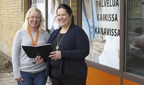 Vakka-Suomen puhelimen Marika Virtamo (vas.) ja Sari Selin ovat molemmat aloittaneet uransa asiakaspalvelusta.